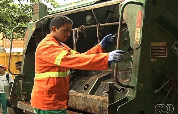 Paulo Sérgio foi um dos garis que encontraram o valor de R$ 8 mil no lixo, em Goiás (Foto: Reprodução/TV Anhanguera)
