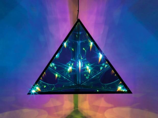 Reflexo. The tetrahedral night, de Olafur Eliasson, evoca o mistério da noite e o poder transformador da cor usando luzes e espelho (Foto: Divulgação)