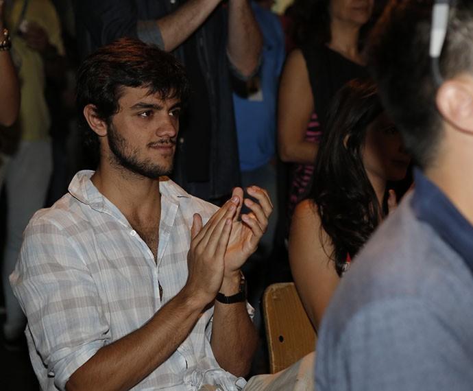 Felipe Simas aplaude as primeiras cenas da novela (Foto: Fábio Rocha/Gshow)