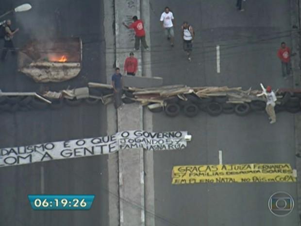 Protesto contra reinegração de posse fecha Avenida na Zona Sul (Foto: Reprodução/TV Globo)