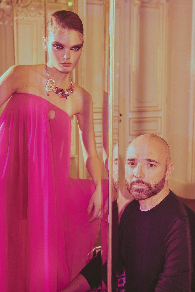 Marthe Wiggers e Bertrand Guyon no apartamento onde Elsa Schiaparelli morava na Place Vendôme. Ela usa longo de seda com recorte no busto em forma de fechadura da coleção de alta-costura para o verão 2017 da Maison Schiaparelli. (Foto: Emmanuel Giraud)