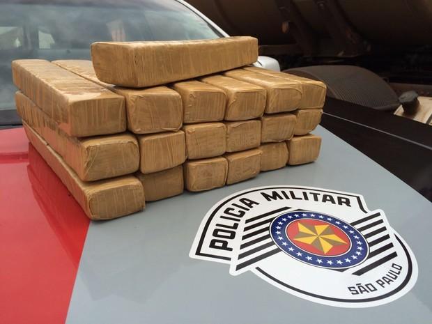Droga estava na mala de mulher (Foto: Polícia Militar/Divulgação)