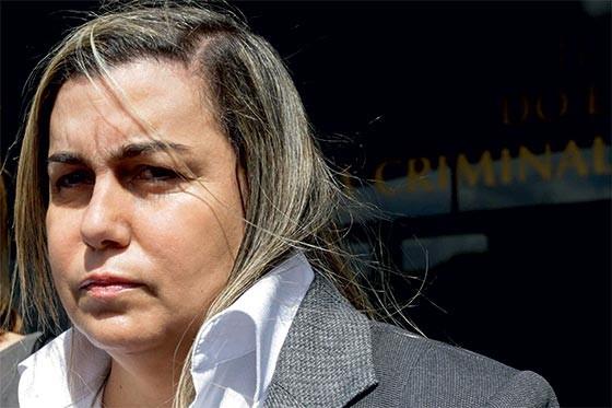 CONDENADA Giselma Magalhães na saída do fórum, em 2013. Ela planejou o assassinato do ex-marido (Foto: Alice Vergueiro/Futura Press)