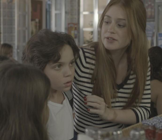 Eliza tenta distrair os irmãos, que não gostam nada da cena (Foto: TV Globo)