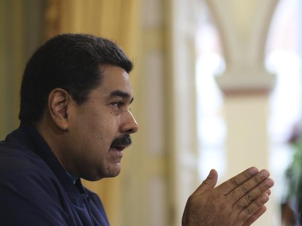 Nicolás Maduro fala durante encontro com ministros da área econômica no Palácio de Miraflores nesta terça-feira (26) (Foto: Palácio de Miraflores/Reuters)