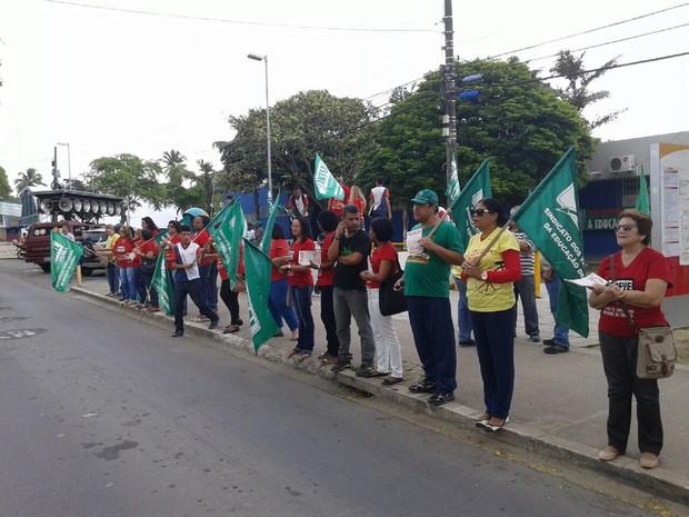 Mobilização acontece em frente ao Centro Educacional Antônio Gomes de Barros (CEAGB) (Foto: Emanuelle Vanderlei/ Divulgação Sinteal)