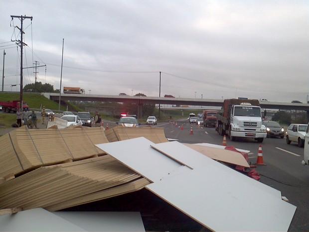 Acidente deixou a estrada bloqueada (Foto: Everton Chrisostomo/RBS TV)
