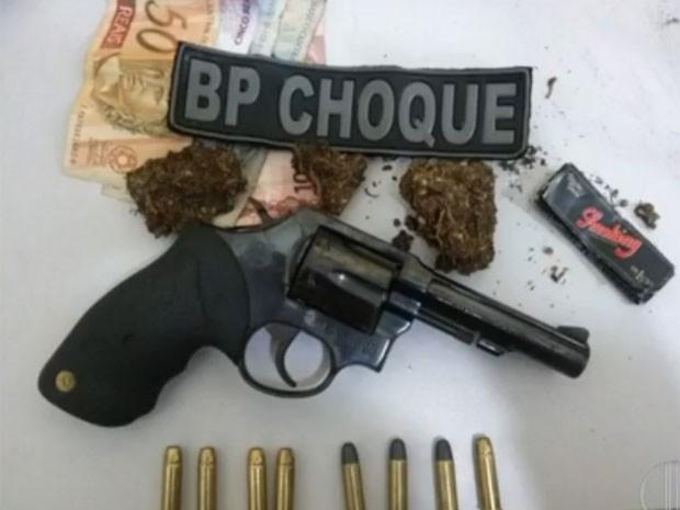 Polícia encontrou um revólver e maconha com a suspeita (Foto: Reprodução/Inter TV Cabugi)
