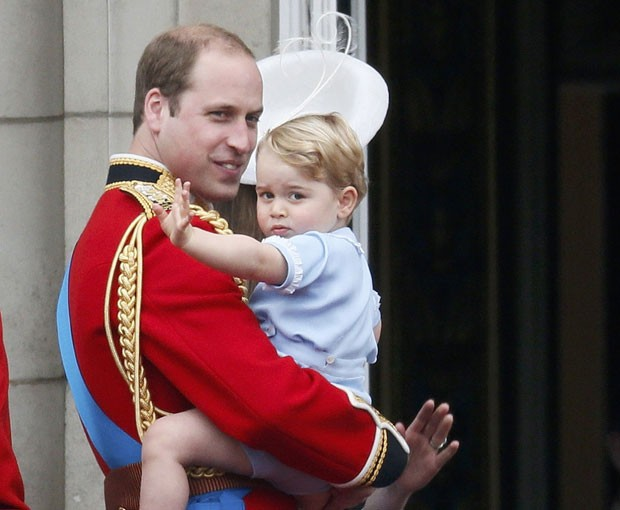 Príncipe George acena no colo do pai, o Príncipe William, neste sábado (13) em Londres (Foto: Stefan Wermuth/Reuters)