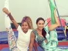 Gracyanne Barbosa estica as pernas ao lado da irmã