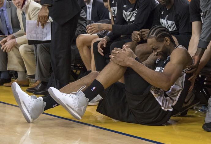 Kawhi Leonard depois de torcer pela segunda vez no jogo o tornozelo esquerdo (Foto: Reuters)