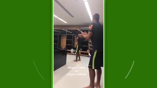 Neymar e colegas de Seleção improvisam futevôlei em vestiário do Corinthians