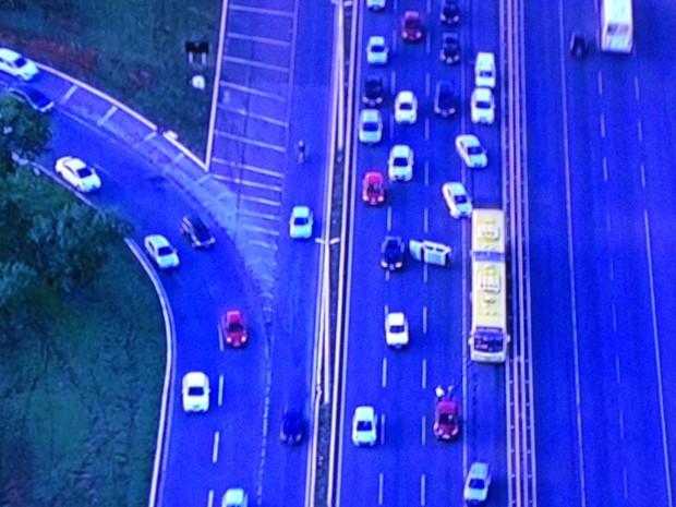 Acidente entre dois carros na Epar (Foto: TV Globo/Reprodução)