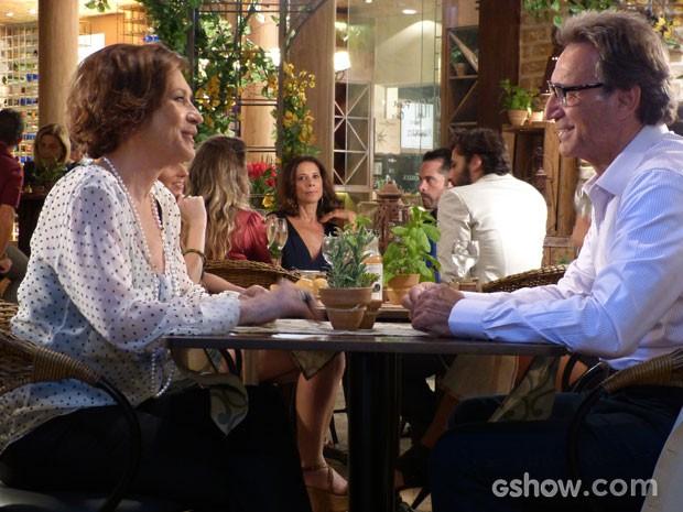 Chica e Ricardo curtem o jantar a dois e nem reparam nos olhares de Branca (Foto: Em Família/TV Globo)