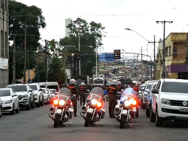 Ruas próximas à cadeia foram interditadas (Foto: Adneison Severiano/G1 AM)