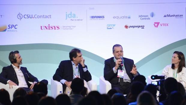 Joe Jackman, Iuri Miranda, do Burger King, Belmiro Gomes do Assaí e Tracy Francis, da McKinsey, discutem varejo no Brasil (Foto: Divulgação)