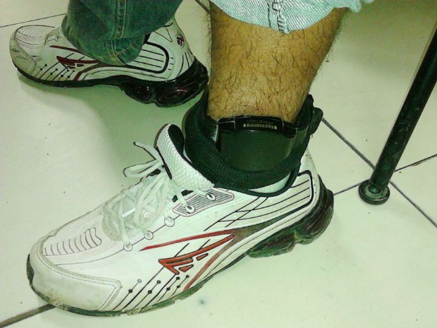 Homem flagrado com arma estava com tornozeleira eletrônica (Foto: Divulgação/Polícia Militar)