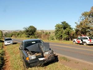 Carro atingiu traseira de veíuclo que reduzia a velocidade a sua frente  (Foto: Danilo Tristão/ Jornal Expresso da Notícia)