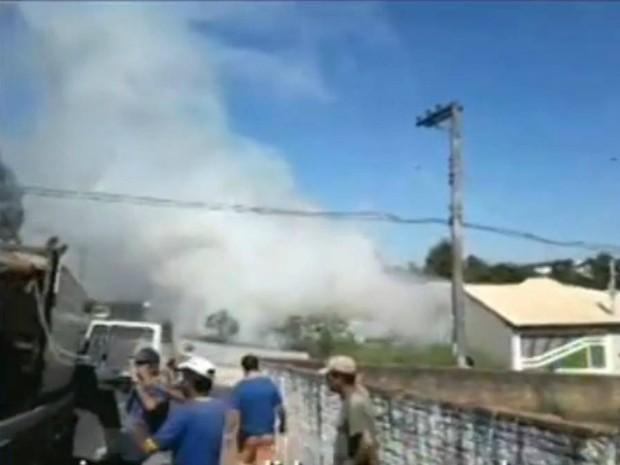 Imagens feitas por moradores mostram a fumaça no Jardim Fogaça (Foto: Reprodução / TV TEM)