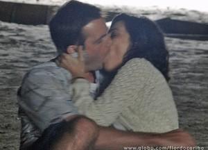 Ciro não resite e cede aos encantos de Mila (Foto: Flor do Caribe / TV Globo)