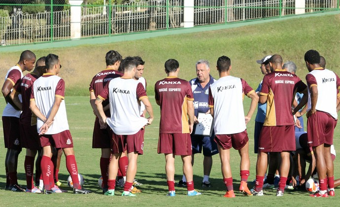 Josué conversa com o grupo do Macaé (Foto: Tiago Ferreira / Macaé Esportes)