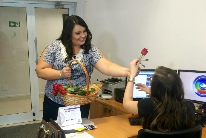 Renata presenteou as colaboradoras com as clássicas rosas vermelhas (Foto: Gabriela Cardoso / TV TEM)