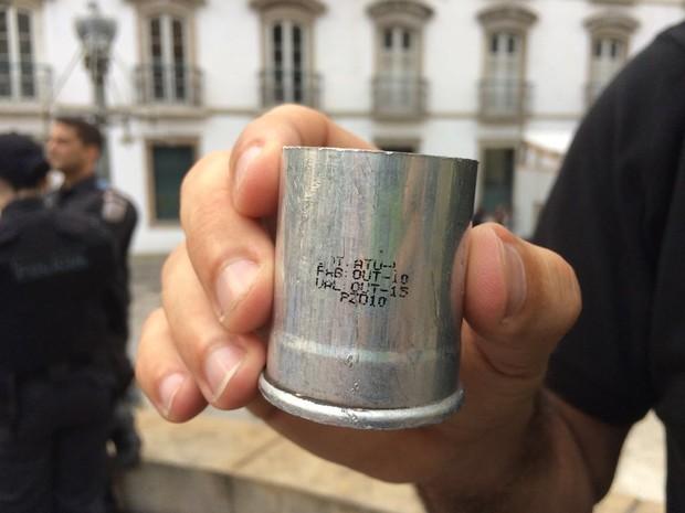 Servidor exibiu cápsula de bomba de gás, segundo ele, fora de validade (Foto: Matheus Rodrigues/G1)