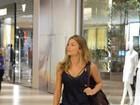 Grazi Massafera, de regatinha e chinelos, passeia em shopping no Rio