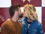Bruno Gagliasso e Giovanna Ewbank trocam carinhos em evento