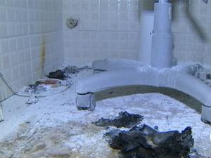 Polícia encontrou uma garrafa vazia de álcool no banheiro do consultório (Foto: Reprodução/TV Vanguarda)