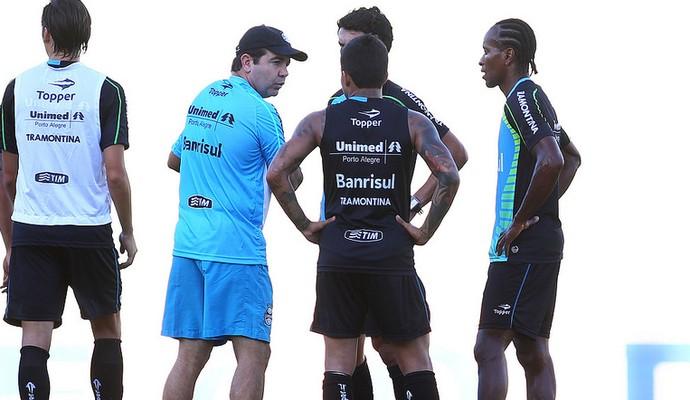 Enderson conversa com jogadores na preparação para a estreia no Brasileirão (Foto: Lucas Uebel/Grêmio)