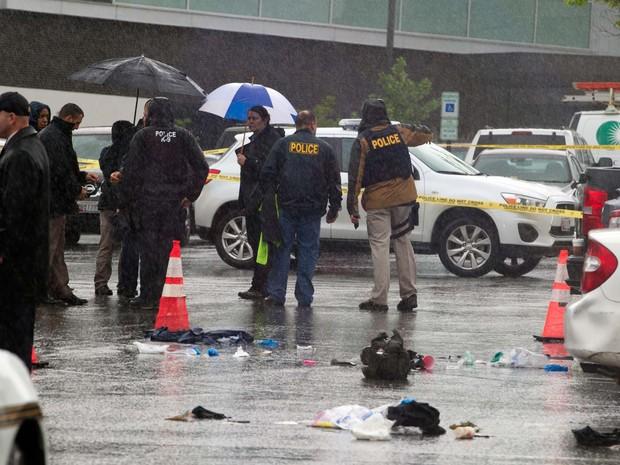 Policiais investigam cena de crime em frente a shopping de Bethesda, Marylan, nesta sexta-feira (6) (Foto: AP Photo/Jose Luis Magana)