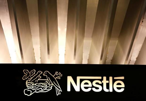 Logo da Nestlé é visto na entrada da seda da empresa em Vevey, na Suíça (Foto: Pierre Albouy/Arquivo/Reuters)