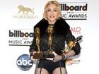 De cinta-liga, Madonna exibe pernas saradas em premiação
