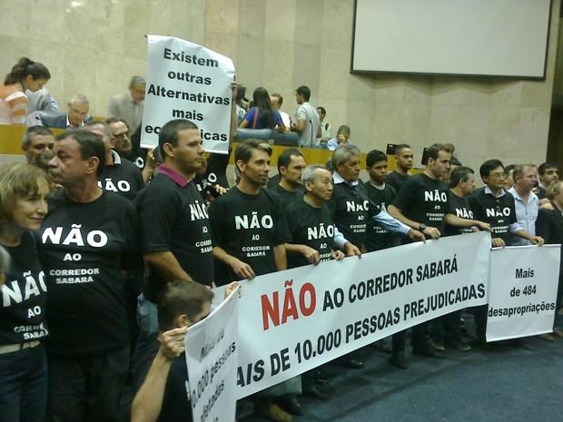 Manifestantes protestam na Câmara de SP contra projeto de alinhamento viário para corredor de ônibus (Foto: Roney Domingos/ G!)