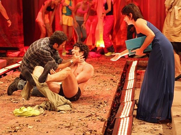 Ulisses tenta socorrer o amigo, que tira as roupas por causa da coceira (Foto: Guerra dos Sexos / TV Globo)