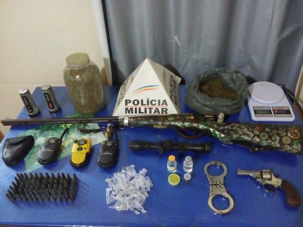 Além da droga, polícia também encontrou armas e outras ferramentas no local (Foto: Polícia Militar)