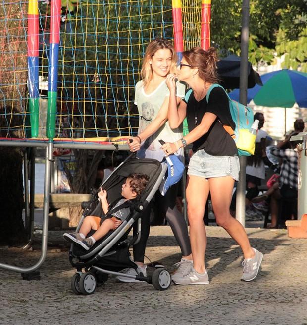 Fernanda Gentil com o filho Gabriel e a namorada Priscila Montandon  (Foto: AgNews)