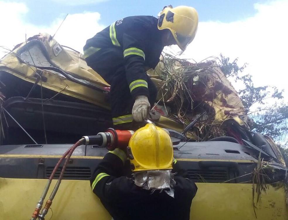 Bombeiros usaram equipamentos para retirar corpo (Foto: Bombeiros/Divulgação)