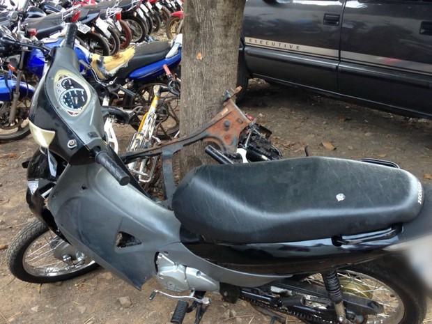 Motocicleta ocupada por duas jovens que ficaram feridas (Foto: Evelyn Souza/ TV Morena)