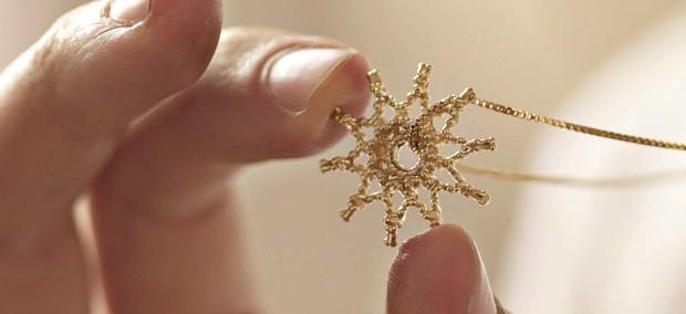 Histórias se tornam joias A Aura Pendant é mais uma das criações do arquiteto Guto Requena que materializam emoções.  (Foto: Victor Affaro / Divulgação)