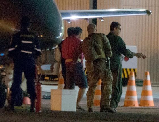 oliciais da Policia Federal escoltam presos da Operação Hashtag, contra terrorismo (Foto:  Ed Ferreira / Brazil Photo Press/Folhapress)