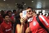 Beijos em Alisson e segredo a Vitinho: Inter desembarca em Porto Alegre