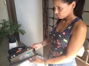 Patrícia Oliveira Souza recuperou pertences deixados na boate Kiss, em Santa Maria (Foto: Iara Lemos/G1)
