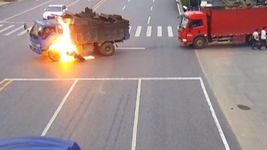 Motociclista tem ferimentos leves após seu corpo pegar fogo em colisão com caminhão na China