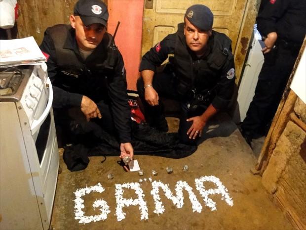 Patrulheiros com droga apreendida nos fundos de casa de Americana (Foto: Divulgação / Gama)