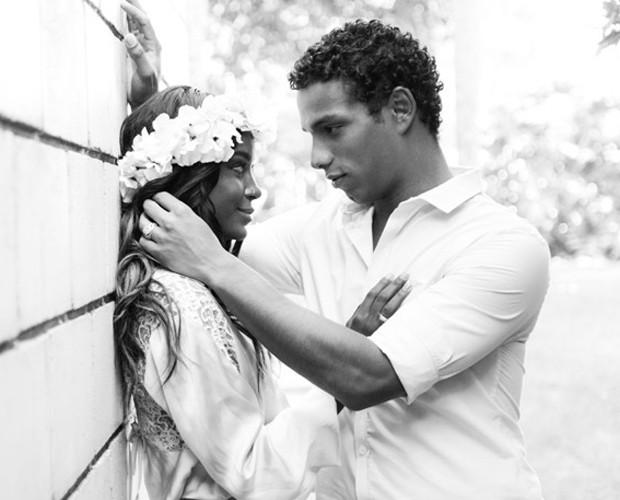 É o amor! Jeniffer Dias e Renan Rosselini posam para as lentes Gshow  (Foto: Raphael Dias / TV Globo)