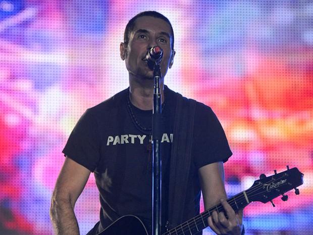 Vocalista do Capital Inicial puxa refrão com o apoio do público (Foto: Flavio Moraes/G1)