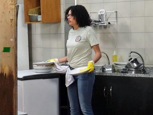 A falsa ajudante de lanchonete leva susto e deixa cair vários pratos (Foto: Maria Clara Lima / Gshow)