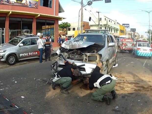 Carro da PM bateu em outro e ficou danificado  (Foto: TV Verdes Mares/Reprodução)